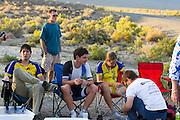 Jan Bos (midden) en Ellen van Vugt rusten uit na de finish van de tweede westrijddag van de WHPSC. In Battle Mountain (Nevada) wordt ieder jaar de World Human Powered Speed Challenge gehouden. Tijdens deze wedstrijd wordt geprobeerd zo hard mogelijk te fietsen op pure menskracht. Ze halen snelheden tot 133 km/h. De deelnemers bestaan zowel uit teams van universiteiten als uit hobbyisten. Met de gestroomlijnde fietsen willen ze laten zien wat mogelijk is met menskracht. De speciale ligfietsen kunnen gezien worden als de Formule 1 van het fietsen. De kennis die wordt opgedaan wordt ook gebruikt om duurzaam vervoer verder te ontwikkelen.<br /> <br /> Jan Bos (center) and Ellen van Vugt resting after they finished the second day at the WHPSC. In Battle Mountain (Nevada) each year the World Human Powered Speed Challenge is held. During this race they try to ride on pure manpower as hard as possible. Speeds up to 133 km/h are reached. The participants consist of both teams from universities and from hobbyists. With the sleek bikes they want to show what is possible with human power. The special recumbent bicycles can be seen as the Formula 1 of the bicycle. The knowledge gained is also used to develop sustainable transport.