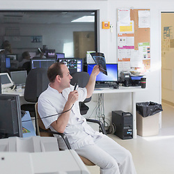 Activité régulière des équipes militaires et civiles de l'hôpital d'Instruction des Armées Bégin de Saint-Mandé. Suivi d'une infirmière et des aides-soignants pendant leur tour du matin au service de Réanimation. Manipulatrice radio au scanner et analyse de radio par le radiologue. Techniciens de laboratoire réalisant divers examens au service de laboratoire et de biologie.<br /> Juillet 2018 / Saint-Mandé (94) / FRANCE Voir le reportage complet (40 photos) https://www.asterpictures.com/gallery/2018-07-Activite-de-lhopital-Begin-Complet/G0000m9fbPJMVNNE/C0000yuz5WpdBLSQ