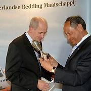 NLD/Huizen/20060512 - Opening vernieuwd KNRM reddingsstation Huizen Energieweg 1, burgemeester Jos Verdier krijgt een beker
