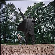 13-06-2000-Groningen, Noorderplantsoen. de kunstmanifestatie 10 in het groen, 20 onder dak.<br /> Kunstenaar Hans van Houweningen kreeg toestemming van de <br /> eigenaar Koop Tjuchem het beeld te lenen voor de duur van de manifestatie.<br /> De 40 ton aardappelen die eromheen zijn gestort mogen  worden meegenomen, voor de kinderen uit de buurt een mooie<br /> gelegenheid om het beeld te bekoggelen met de pootaaardappelen. <br /> Foto: Sake Elzinga