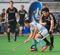 NEW DELHI - Matias Paredes met de Belg Simon Cougnard (r) tijdens de  poulewedstrijd in de finaleronde van de Hockey World League tussen de mannen van Argentinie en Belgie. Foto  KOEN SUYK