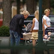 NLD/Amsterdam/20050729 - Bastiaan ragas ontmoet een vriendin in Amsterdam, telefonerend