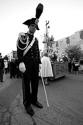 Un carabiniere incuriosito dalla mia presenza, fotografato durante la processione in onore della Santa protettrice del paese di Mesagne (Br), la Madonna del Carmine. La foto è stata scattata il 15-07-2010.