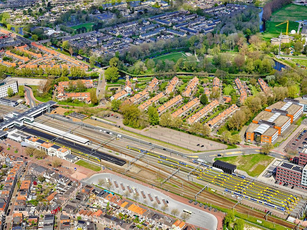Nederland, Noord-Holland, Alkmaar, 07-05-2021; Station Alkmaar en omgeving, rangeerterrein en opstelsporen. Bergermeer in de achtergrond.<br /> Alkmaar station and surroundings, shunting yard and sidings. Bergermeer in the background.<br /> <br /> luchtfoto (toeslag op standaard tarieven);<br /> aerial photo (additional fee required)<br /> copyright © 2021 foto/photo Siebe Swart
