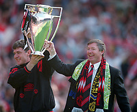 Fotball<br /> England historie<br /> Foto: Colorsport/Digitalsport<br /> NORWAY ONLY<br /> <br /> Alex Ferguson and coach Brian Kidd with the FA Premiership Trophy. Manchester United v Coventry City, 8/5/1994, Manchester.