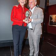 NLD/Amsterdam/20150529 - Uitreiking Johan Kaart prijs 2015, Huub Stapel overhadigt de Johan Kaartprijs aan Simone Kleinsma
