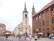 Toruń (województwo kujawsko-pomorskie) 22.07.2016. Toruński Ratusz Staromiejski ℗ to architektura gotycka światowej klasy, obecnie mieści się tam siedziba Muzeum Okręgowego. Po lewej kościół akademicki św. Ducha.