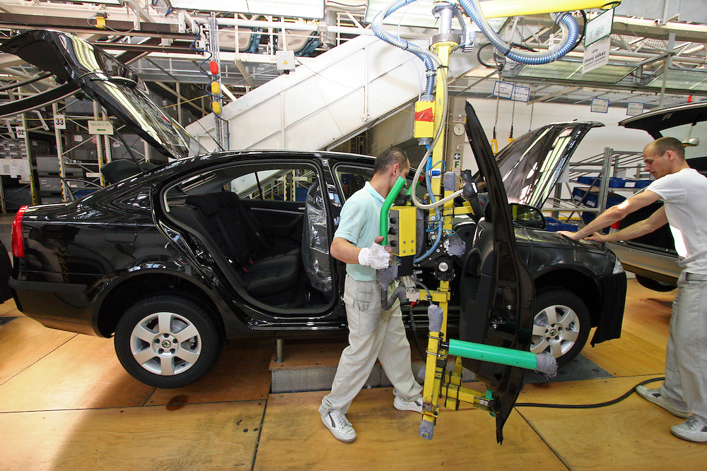 Mlada Boleslav/Tschechische Republik, Tschechien, CZE, 16.03.07: Mitarbeiter beim Türen montieren am Fertigungsband mit einem Skoda Octavia in der Skoda Auto Fabrik in Mlada Boleslav. Der tschechische Autohersteller Skoda ist ein Tochterunternehmen der Volkswagen Gruppe.<br /> <br /> Mlada Boleslav/Czech Republic, CZE, 16.03.07: Workers at the Skoda factory install car doors into Octavia model on the main assembly line at Skoda car factory in Mlada Boleslav. Czech car producer Skoda Auto is subsidiary of the German Volkswagen Group (VAG).