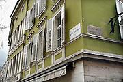 Italie, Bolzano, 8-3-2008..Tweetalige straatnaambordjes in het centrum van de stad. Bolzano, Bozen, is na de eerste wereldoorlog bij Italië gevoegd en is tweetalig. De bevolking is sterk gericht op Oostenrijk...Foto: Flip Franssen