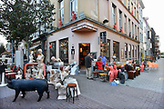 Belgie, Antwerpen, 8-10-2012Tegen de gevel van een winkel die tweedehands spullen verkoopt staan gekleurde etalagepoppen van mannen. Op straat staat de koopwaar uitgestald.Foto: Flip Franssen/Hollandse Hoogte