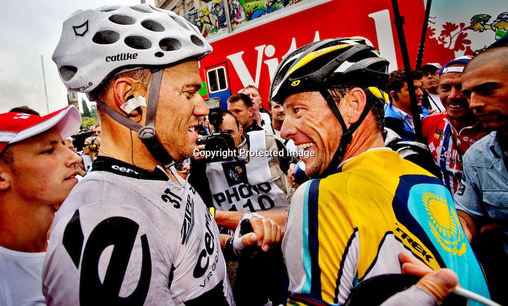 BARCELONA SPANIA 20090709..Tour de France 6 etappe. ..Thor Hushvod blir gratulert av Lance Armstrong etter at Hushovd vant dagens etappe i rittet...FOTO: DANIEL SANNUM LAUTEN