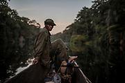 Épuisé, Jean-Pierre Mayamba est plongé dans ses pensées à la tombée de la nuit sur la rivière Yenge. Avec lui dans la pirogue, une chèvre que les rangers mangeront quelques jours plus tard.