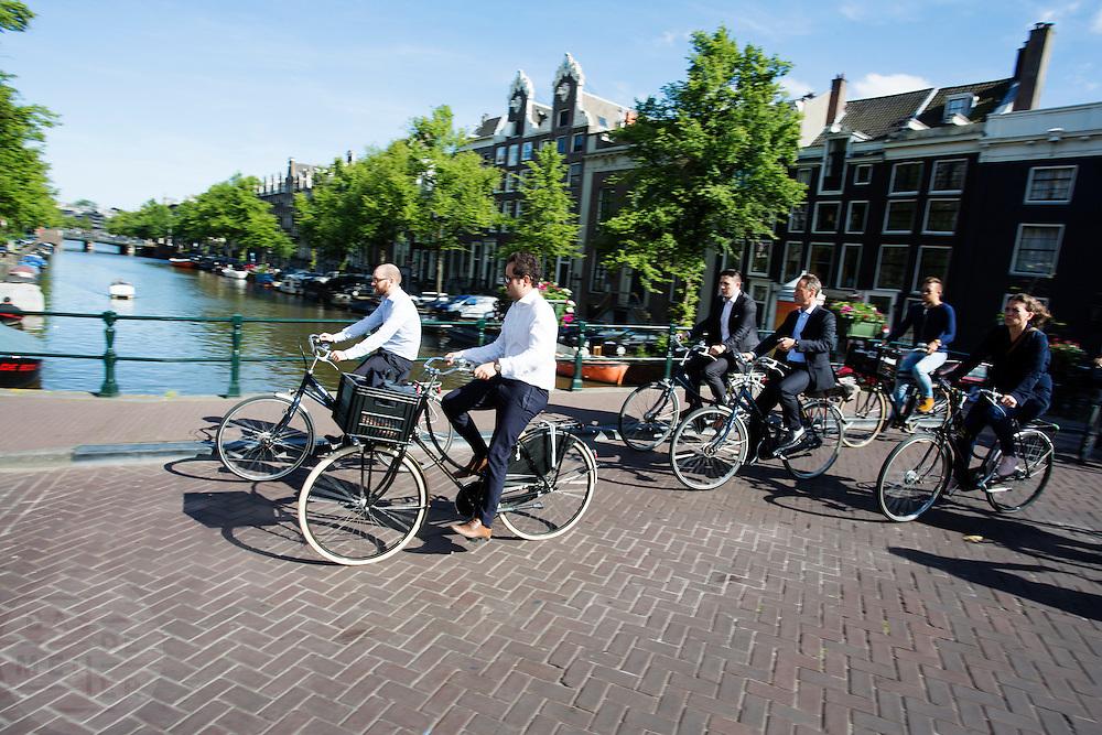 In Amsterdam rijdt kantoorpersoneel op de fiets op weg naar huis.<br /> <br /> In Amsterdam employees ride on the bike home.