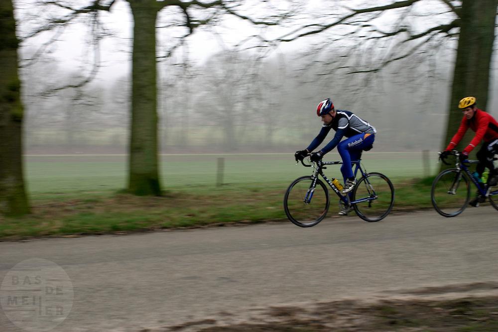 Twee wielrenners komen de Posbank bij Rheden naar beneden.<br /> <br /> Two cyclists are downhilling the Posbank nearby Rheden.