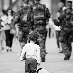 vendredi 5 aout 2016, 17h58, Paris Ier. Patrouille de militaires du 2ème Régiment du Matériel devant l'accès au musée du Louvre.