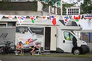 Wielerliefhebbers hebben zich de avond voor de tijdrit al een goede plek toegekend. In Utrecht worden de laatste voorbereidingen getroffen voor de Grand Depart. Op 4 juli start de Tour de France in Utrecht met een tijdrit. De dag daarna vertrekken de wielrenners vanuit de Domstad richting Zeeland. Het is voor het eerst dat de Tour in Utrecht start.<br /> <br /> In Utrecht the last arrangements are made for the Grand Depart . On July 4 the Tour de France starts in Utrecht with a time trial. The next day the riders depart from the cathedral city direction Zealand. It is the first time that the Tour starts in Utrecht.