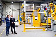 Koning Willem Alexander tijdens een werkbezoek aan twee bedrijven in Harderwijk in het kader van de Nederlandse maakindustrie. <br /> <br /> Op de foto:  De Koning ging op bezoek AWL-Techniek, een internationaal bedrijf voor geautomatiseerde verbindingsoplossingen.