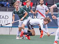 AMSTELVEEN - Floris Middendorp (Amsterdam) met Justen Blok (Rotterdam) en Menno Boeren (Rotterdam)  tijdens de competitie hoofdklasse hockeywedstrijd heren, Amsterdam -Rotterdam (2-0) .  COPYRIGHT KOEN SUYK