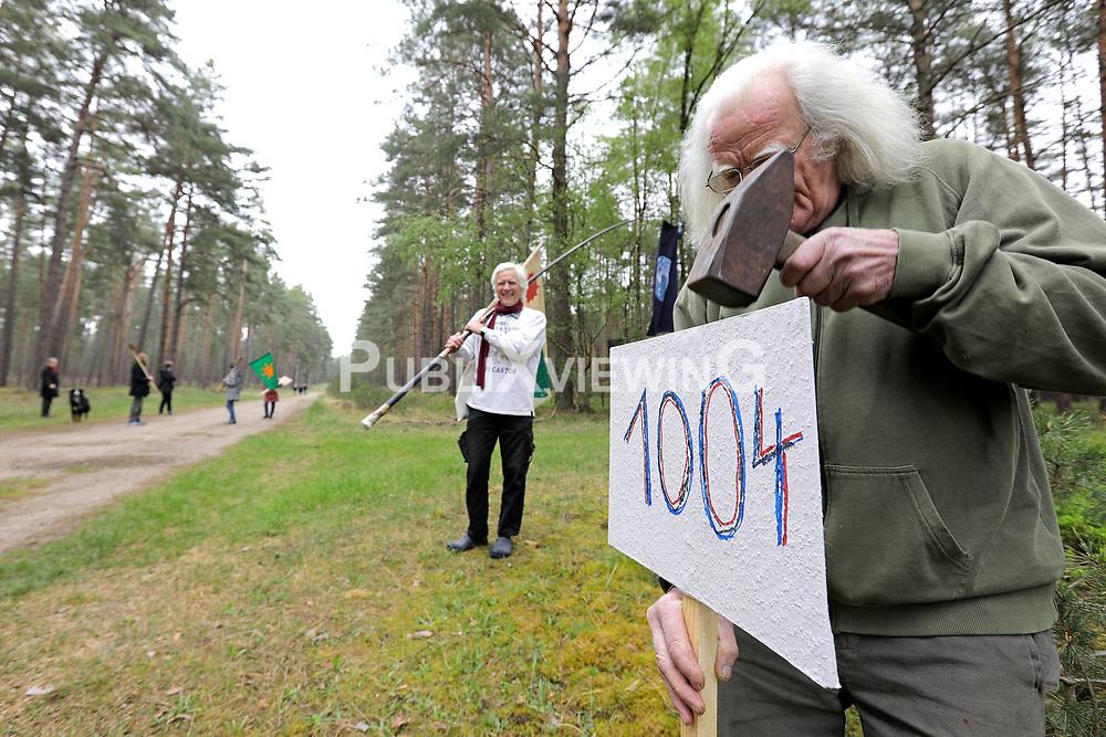 """Atomkraftgegner erinnern sich am 40. Jahrestag an die Platzbesetzung der Tiefbohrstelle 1004 im Wald bei Gorleben im Jahr 1980. 33 Tage bestand die """"Republik Freies Wendland"""" bevor sie im damals größten Polizeieinsatz der Bundesrepublik geräumt wurde.<br /> <br /> Ort: Gorleben<br /> Copyright: Andreas Conradt<br /> Quelle: PubliXviewinG"""