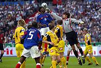Fotball<br /> Privatlandskamp<br /> Frankrike v Ukraina<br /> 6. juni 2004<br /> Foto: Digitalsport<br /> NORWAY ONLY<br /> LOUIS SAHA (FRA) / OLEKSANDR SHOVKOVSKY (UKR)