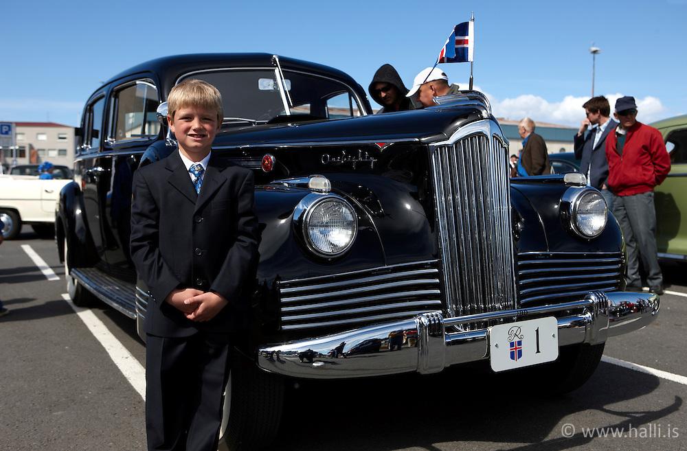 17th of June, Celebration of the Independence day of Iceland - Lýðveldisdagur Íslands, 17 júní - xxx Ríkharðsson  stendur við Packard forsetabílinn á Miðbakka