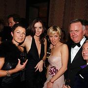 NLD/Amsterdam/20051128 - Uitreiking Beau Monde Awards 2005, Harry Mens met dochter Suze, ex vrouw Suze Zandbergen en Marlous Mens en Ronald Kolk