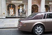 Bentley car parked outside La Perla underwear store. Exclusive shopping area on Sloane Street in Knightbridge. In a selected few boroughs of West London, wealth has changed over the last couple of decades. Traditionally wealthy parts of town, have developed into new affluent playgrounds of the super rich. With influxes of foreign money in particular from the Middle-East. The UK capital is home to more multimillionaires than any other city in the world according to recent figures. Boasting a staggering 4,224 'ultra-high net worth' residents - people with a net worth of more than $30million, or £19.2million.. London, England, UK.