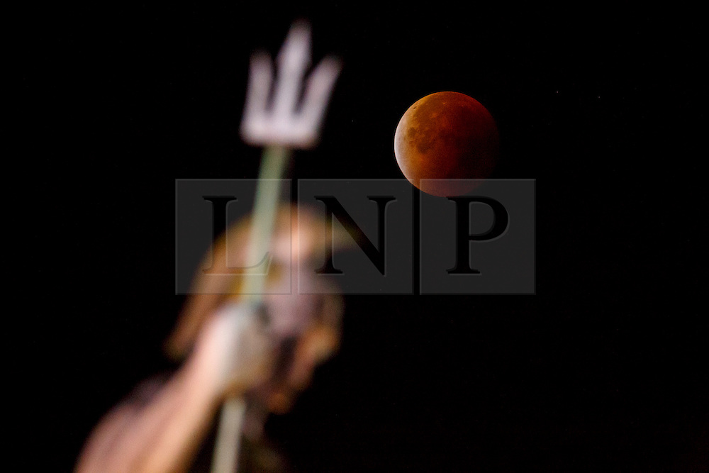© Licensed to London News Pictures. 28/09/2015. London, UK. A supermoon is seen during a lunar eclipse with Old Billingsgate Market in City of London on Monday, 28 September 2015. Photo credit: Tolga Akmen/LNP