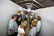 Nederland, Nijmegen,3-7-2014De voorbereidingen voor de nijmeegse vierdaagse zijn weer begonnen met de bouw van het militair kamp op Heumensoord. de tenten worden geleverd door de Boer tentenbouw en geplaatst door vooral vakantiewerkers en seizoenskrachten. De 4-daagse vindt plaats in de derde week van juli. Ook militairen van de landmacht zijn al bezig met het aanleggen van de installaties. Een voorlichter van de landmacht geeft uitleg aan een groep ambtenaren van de gemeente Heumen, waar het bosgebied onder valt.Foto: Flip Franssen/Hollandse Hoogte