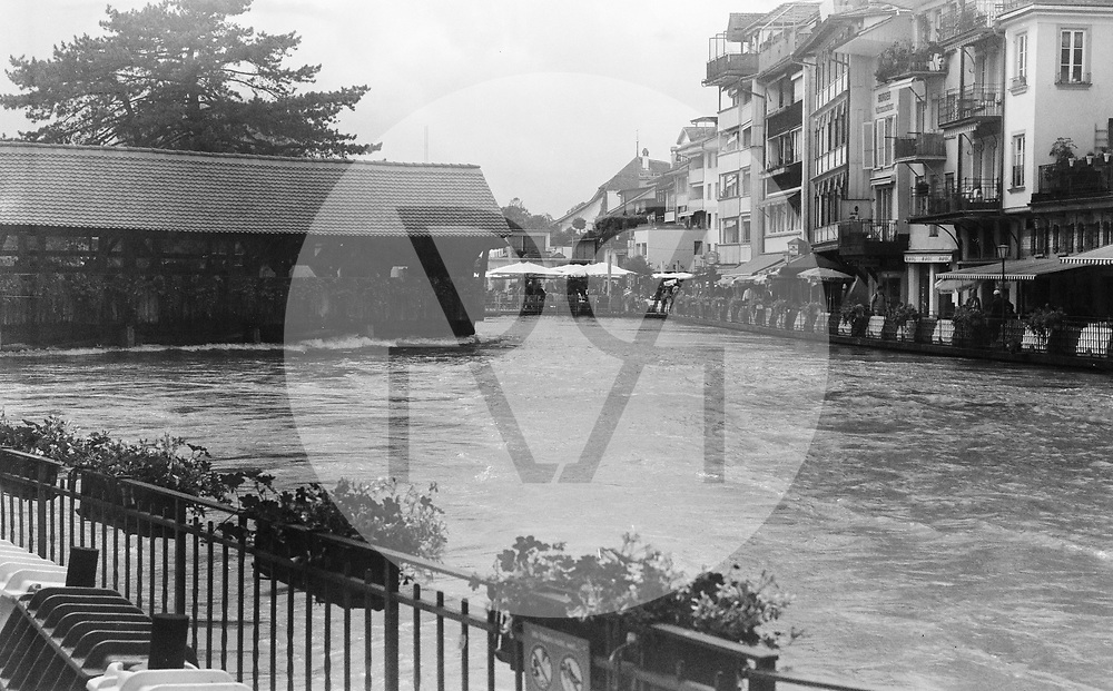 SCHWEIZ - THUN - Hochwasser in der Aare an der Inneren Aare oberhalb der Mühleschleuse (Untere Aarenschleuse). Nach starken Regenfällen über mehrere Tage ist die Hochwassersituation am Thunersee angespannt, der Seespiegel ist auf 558,7 Meter über Meer angestiegen und an verschiedenen Stellen über die Ufer geschwappt. Dieses Bild wurde als analoge Mittelformat Aufnahme gemacht. - 16. Juli 2021 © Raphael Hünerfauth - https://www.huenerfauth.ch