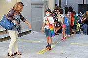 Roma, 14.09.20. Una maestra les hace tomar distancia a sus alumnos en el primer día de clases en la escuela Di Donato de Roma, después del cierre a principios de marzo por la emergencia coronavirus.<br /> Photo: Victor Sokolowicz