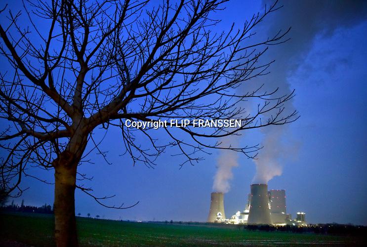 Duitsland, Grevenbroich, 28-3-2019 Bruinkoolcentrale, gestookt met bruinkool uit de open bruinkoolmijn Garzweiler. De mijn en centrales zijn eigendom van energiemaatschappij RWE. Noordrijn-Westfalen heeft het besluit genomen om de bruinkoolmijn Garzweiler II in te perken. Het besluit van de deelstaatregering wordt uitgelegd als een belangrijke koerswijziging in de richting van een definitieve afbouw van de bruinkoolmijn. De bruinkoolmijn en de bijbehorende energiecentrales blijven zeker tot 2030 in bedrijf. Energiebedrijf RWE, de eigenaar van de mijn, heeft een concessie tot 2045. De bruinkoolgebieden liggen niet ver van de grens met Nederland en de uitstoot van de centrales beinvloeden de luchtkwalitiet in het Zuidoostelijk grensgebied. Foto: Flip Franssen