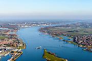 Nederland, Zuid-Holland, Hardinxveld-Giessendam, 07-02-2018; splitsing Boven-Merwede in Beneden-Merwede en Nieuwe-Merwede. Links Boven-Hardinxveld, rechts Werkendam.<br /> River Merwede (continuation Rhine) ramifies in two new branches.<br /> <br /> luchtfoto (toeslag op standard tarieven);<br /> aerial photo (additional fee required);<br /> copyright foto/photo Siebe Swart