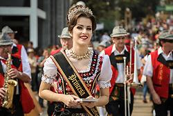 Bandinha de música folclórica alemã acompanha divulga a Oktoberfest de Igrejinha acompanhada da rainha e as princesas da festa no segundo dia da 39ª Expointer, Exposição Internacional de Animais, Máquinas, Implementos e Produtos Agropecuários. A maior feira a céu aberto da América Latina,  promovida pela Secretaria de Agricultura e Pecuária do Governo do Rio Grande do Sul, ocorre no Parque de Exposições Assis Brasil, entre 27 de agosto e 04 de setembro de 2016 e reúne as últimas novidades da tecnologia agropecuária e agroindustrial. FOTO: Alessandra Bruny / Agência Preview