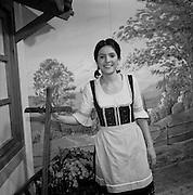 Schauspielerin des Laientheaters im Gasthaus zum brennenden Herzen, Gurmels. Actrice amateur au théâtre de village, Gormondes, 2004. © Romano P. Riedo