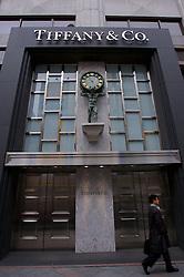 Jovem executivo caminhando em frente a loja Tiffany, no centro de Tókio. FOTO:Jefferson Bernardes/Preview.com