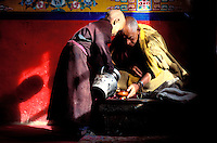 Inde - Province du Jammu Cachemire -  Ladakh - Vallée de la Nubra - Monastère bouddiste de Diskit - moine novice et son maitre spirituel // India. Province of  Jammu Cachemire. Ladakh . Valley of Nubra. Bouddhist monastery of Diskit. Novice monk and his spiritual master.