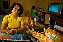 Rosimere de Oliveira,(E), tem união estável registrada em cartório com a Rosangela (ao fundo no computador) desde 2001 e criam o Lucas (no chão com o album de figurinhas). Elas foram benficiadas com a decisão da justiça gaúcha dada pela desembargadora Maria Berenice Dias. FOTO: Lucas Uebel/Preview.com