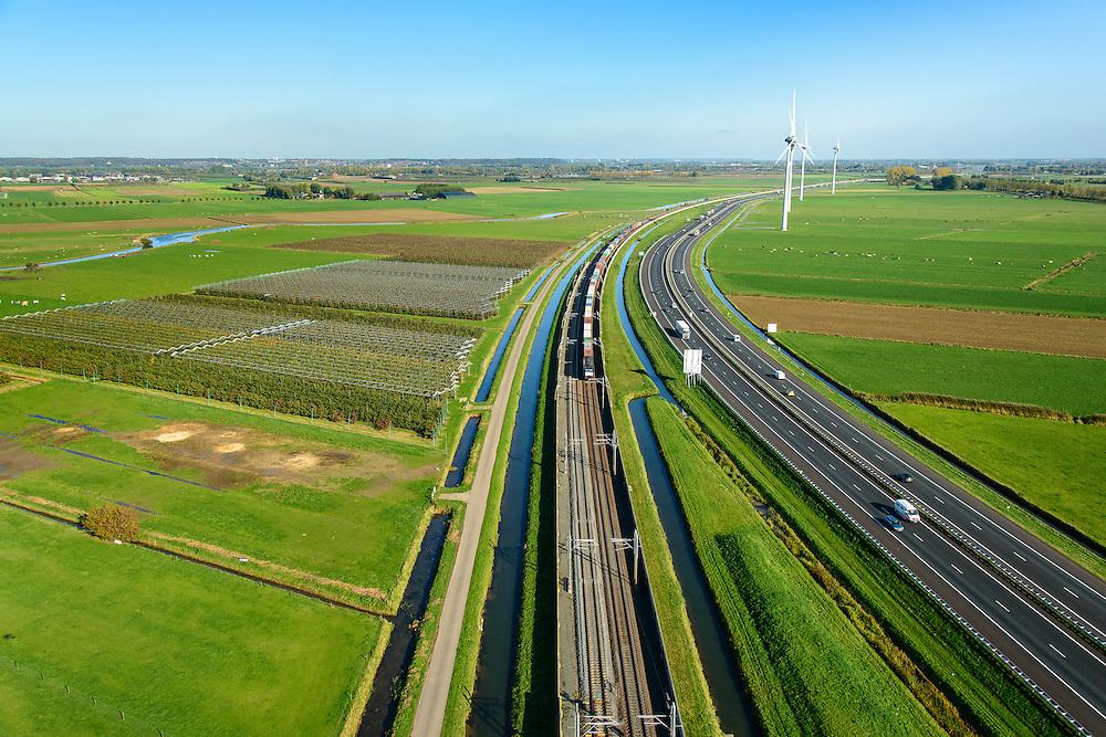 Nederland, Gelderland, Betuwe, 24-10-2013; Betuweroute, ter hoogte van Echteld. De goederenspoorlijn loopt parallel aan autosnelweg A15. De goederentrein is onderweg naar de haven van Rotterdam. Boomkwekerijen links in beeld, daarachter de Linge..<br /> Betuweroute, railway from Rotterdam to Germany, near Echteld. The freight railway runs parallel to highway A15. The freight is on its way to the port of Rotterdam.<br /> luchtfoto (toeslag op standaard tarieven);<br /> aerial photo (additional fee required);<br /> copyright foto/photo Siebe Swart.