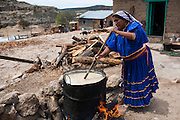 Una mujer rarámuri prepara tesgüino, bebida tradicional a base de grano de maíz hervido y fermento con semilla de avena, que se comparte en la fiesta de patio el Sábado de Gloria en Norogachi, México, el 8 de abril de 2009.