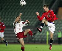 Fotball<br /> Kvalifisering UEFA EM-kvalifisering G18 / U19<br /> Norge v Latvia 2-1<br /> Bislett Stadion<br /> Foto: Morten Olsen, Digitalsport<br /> <br /> Magne Simonsen - Norge og Lyn Oslo<br /> Aleksandrs Cauna - Latvia