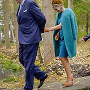 NLD/Almelo/20161028 - Streekbezoek Achterhoek door Willem-Alexander en Maxima, walking on a little bridge over water