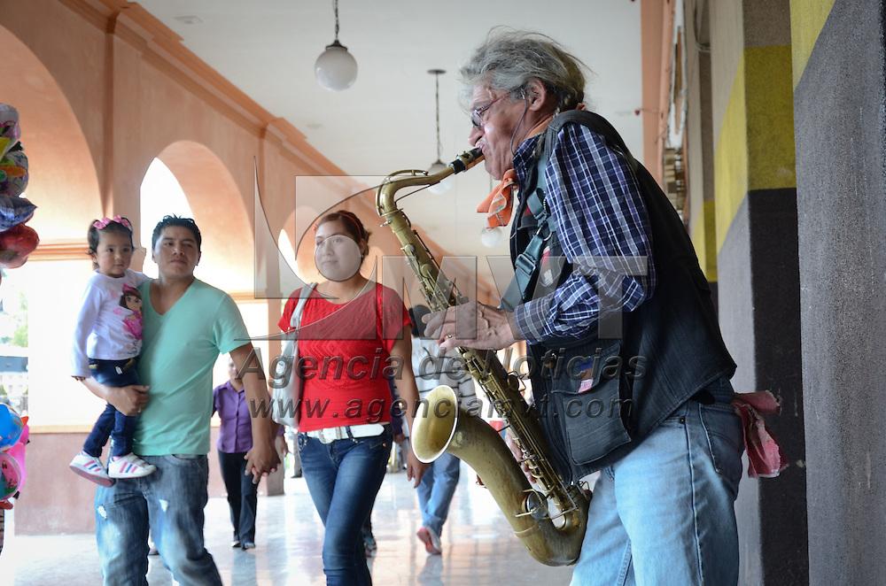 Toluca, México.- Un Saxofonista ameniza los pasillos del portales con diversas melodías clásicas, atrayendo la atencion de los paseantes y turistas. Agencia MVT / Arturo Hernández S.