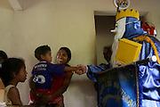 Inhauma_MG, Brasil...Folia de Reis em uma casa no Distrito dos Maias em Inhauma...Folia de Reis in a house in the Distrito dos Maias in Inhauma...Foto: LEO DRUMOND / NITRO