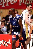Basketball, BLNO 11. januar 2002. Asker Aliens-Tromsø Strom 95-75.  Cory Jenkins, Asker Aliens spilte en meget bra kamp. Bak: Scott English, Tromsø.