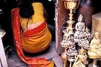 Nepal - Vallée de Kathmandu - Kathmandu - Boutique d'objets en cuivre - Femme portant un sari