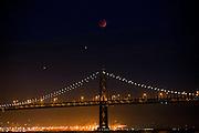 In San Francisco is de supermaansverduistering goed te zien boven de Bay Bridge. Veel mensen komen op het verschijnsel af. Niet alleen is de maan volledig verduisterd, het is ook nog eens een zogenaamde supermaan omdat die dicht bij de aarde staat. De eerstvolgende supermaansverduistering vindt pas op 8 oktober 2033 plaats.<br /> <br /> San Francisco the super lunar eclipse is clearly visible above the Bay Bridge. Many people come to see the phenomenon. Not only is the moon obscured, it is also a so-called super moon because it is close to the earth. The next super lunar eclipse will only take place on October 8, 2033.