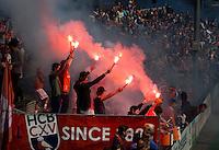 BLOEMENDAAL - HOCKEY - Bloemigans, de fanatieke aanhang van hockeyclub Bloemendaal  met vuurwerk,   tijdens de eerste play off wedstrijd tussen de mannen van Bloemendaal en Kampong (2-1). Zondag volgt de return. COPYRIGHT KOEN SUYK
