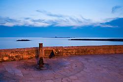 Fontana pubblica dell'acquesdotto pugliese con vista sul faro di S.Andrea, Gallipoli (LE)