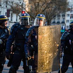 Policiers et gendarmes des Compagnies Républicaines de Sécurité (CRS), Compagnie d'Intervention (CI) et Escadrons de Gendarmerie Mobile (EGM) le 1er mai 2016 en maintien de l'ordre lors du trajet et de la dispersion  place de la Nation de la manifestation du 1er mai contre la Loi Travail.<br /> Mai 2016 / Paris (75) / FRANCE<br /> Voir le reportage complet (93 photos)<br /> http://sandrachenugodefroy.photoshelter.com/gallery/2016-05-MO-manifestation-1er-mai-Complet/G0000WfHkRbew9sM/C0000yuz5WpdBLSQ